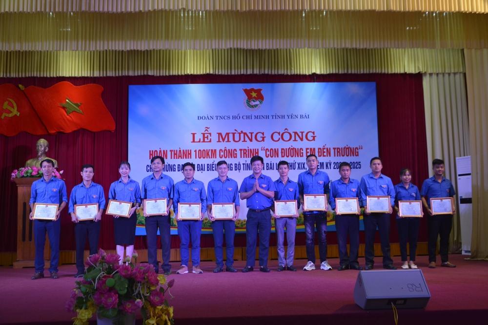 trao tặng Bằng khen cho các đơn vị có thành tích xuất sắc trong Chiến dịch Mùa hè xanh