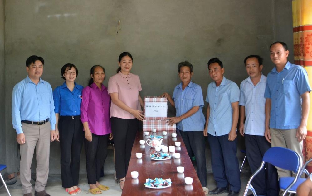Tỉnh đoàn Yên Bái trao 2 suất quà cho gia đình có công với cách mạng.