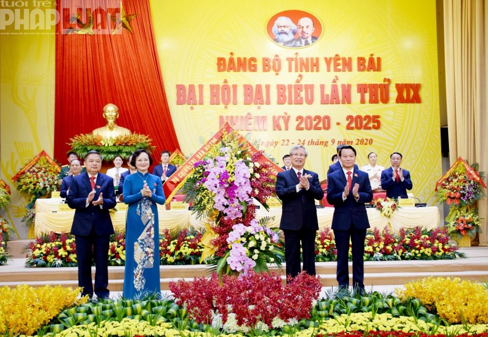 Thường trực Ban Bí thư Trung ương Đảng tặng hoa chúc mừng Đại hội.