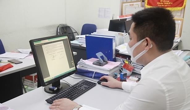 Cán bộ Sở Tài nguyên và Môi trường Hà Tĩnh giải quyết hồ sơ về lĩnh vực đất đai thông qua dịch vụ công trực tuyến.
