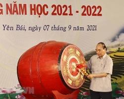 Chủ tịch nước Nguyễn Xuân Phúc đánh trống khai giảng năm học mới tại Yên Bái
