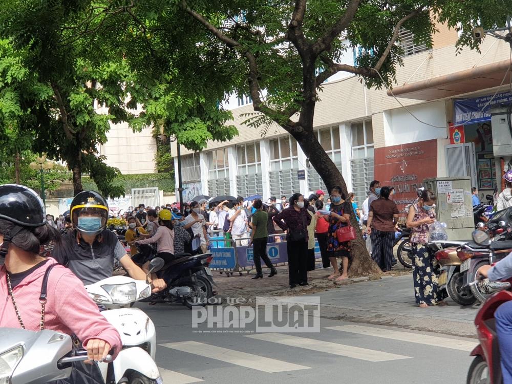 Nhiều người đổ về Thanh Xuân Trung mua thuốc và tiêm chủng