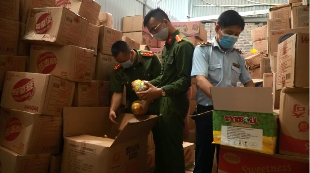 1.000 thùng bánh kẹo không nguồn gốc ở Hà Nội