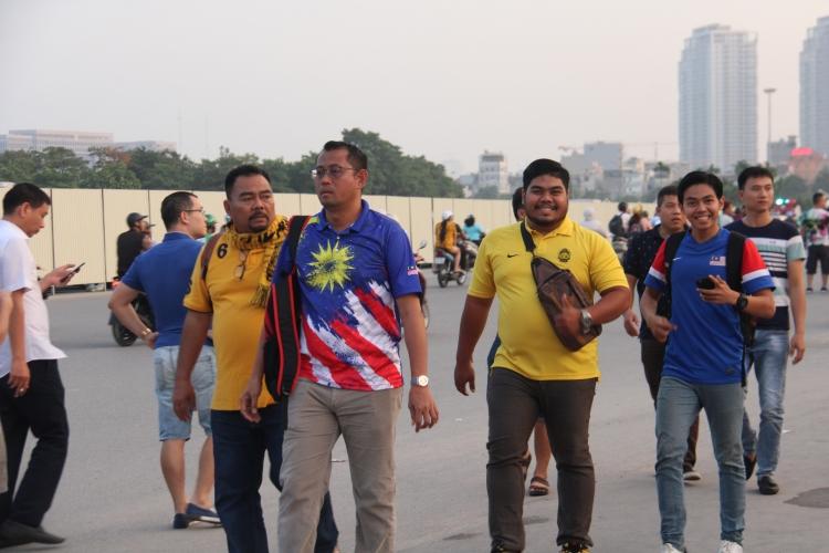 truoc them tran dau bong da giua viet nam malaysia