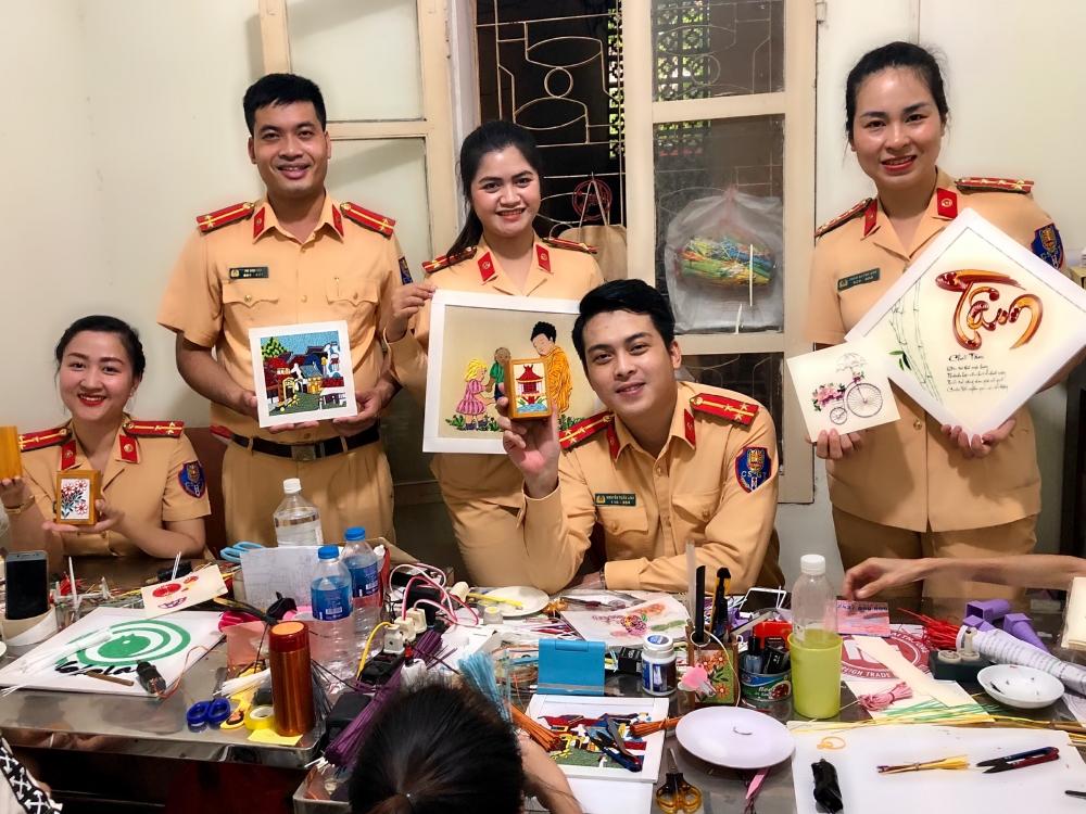Chi đoàn Đội CSGT số 3 tặng quà cho các chị em khuyết tật ngày Phụ nữ Việt Nam 20/10.