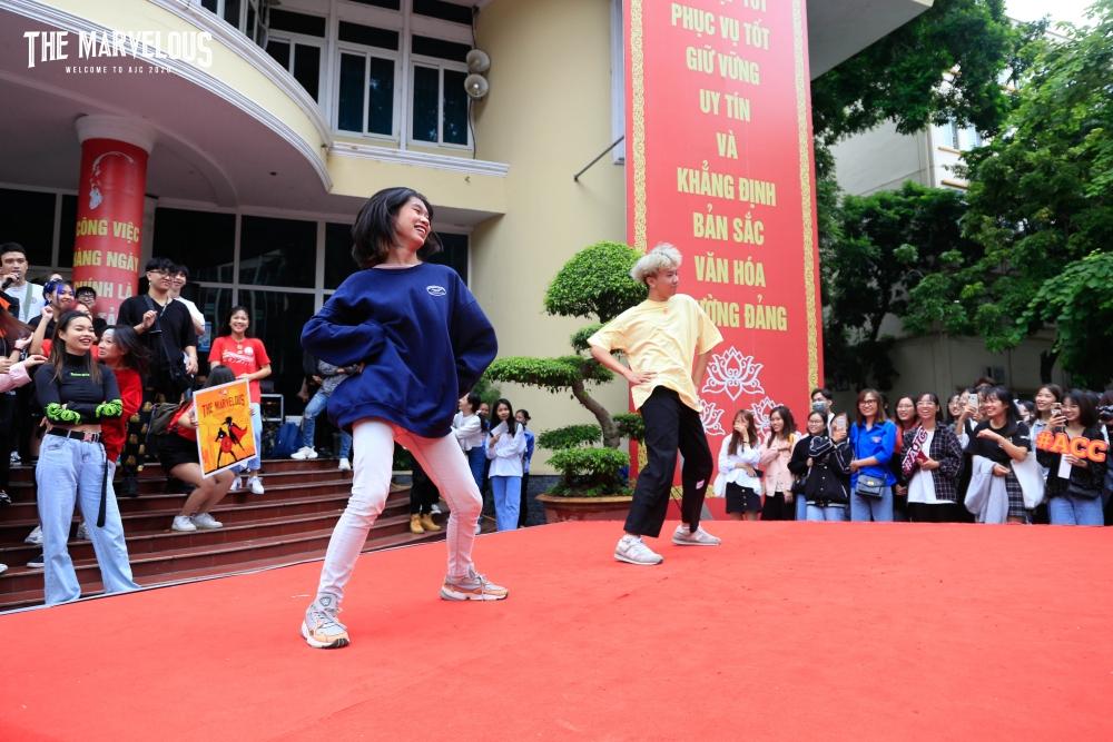 Dù mới là tân sinh viên K40, nhưng hai bạn Vũ Việt Hoàng, Vũ Thu Thảo đã rất tự tin thể hiện tài năng nhảy hiện đại của mình.