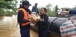 """Lênh đênh vượt """"bão"""" cứu dân trong mưa lũ"""