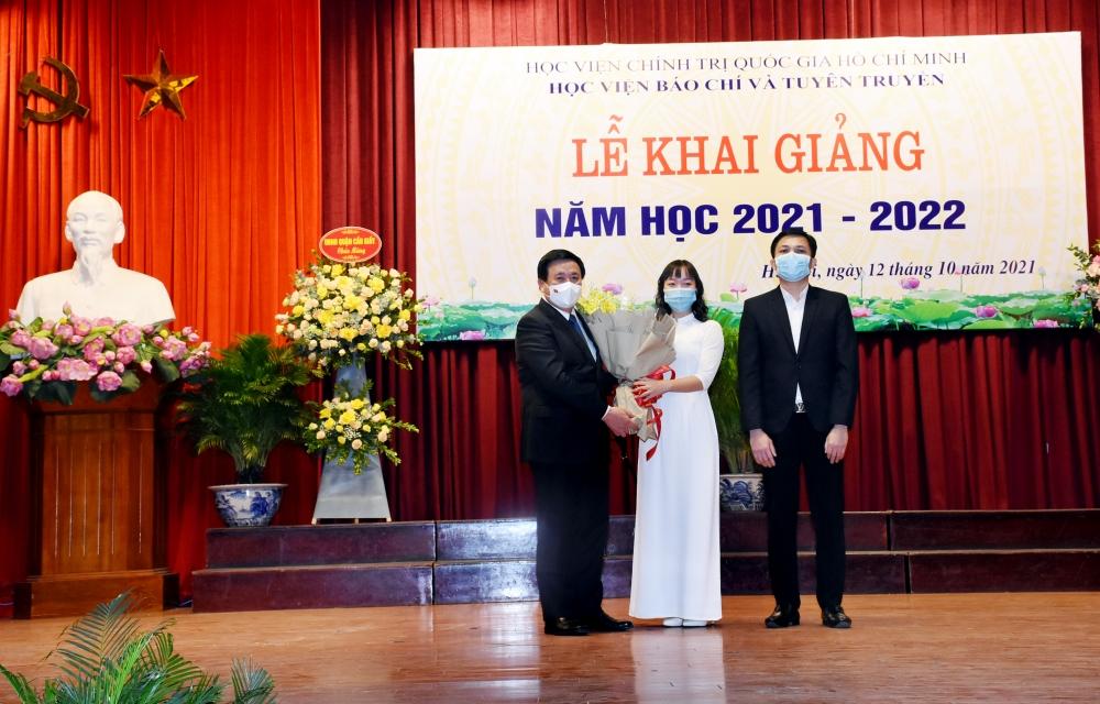 Sinh viên tặng hoa lưu niệm tới GS.TS Nguyễn Xuân Thắng