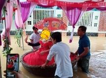 Rước dâu bằng thuyền thúng trong ngày ngập lụt gây sốt mạng xã hội