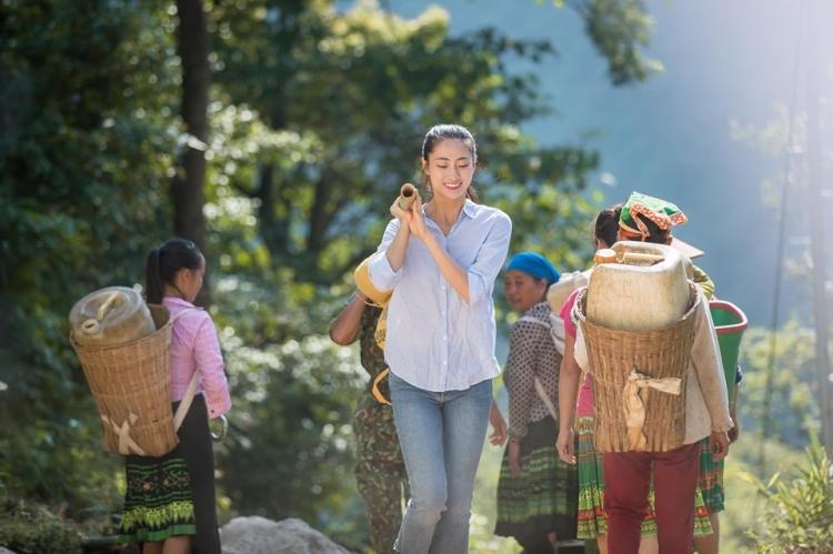 hoa hau luong thuy linh dong hanh cung nguoi dan vung cao lam duong moi don tet