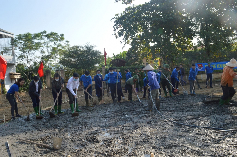Các đại biểu cùng đoàn viên thanh niên xã tổ chức xây dựng sân chơi cộng đồng tại xã Yên Hợp.