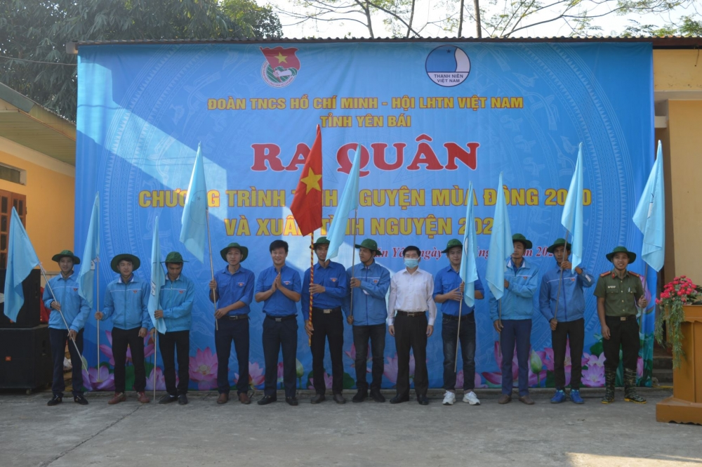 Lãnh đạo Tỉnh đoàn, lãnh đạo ban Dân vận Tỉnh ủy trao cờ lệnh cho các đội tình thanh niên tình nguyện