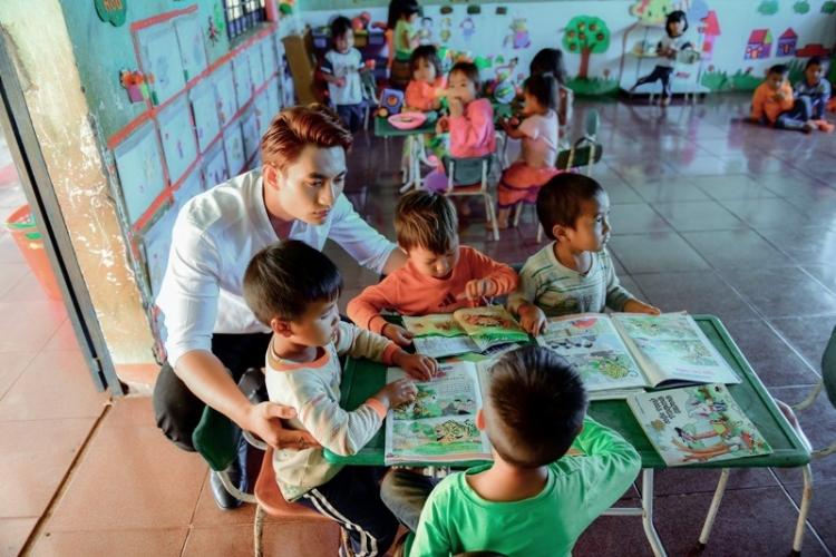 Quán quân Mister Việt Nam Minh Quyền thăm 8 cô giáo trẻ đứng lớp không lương