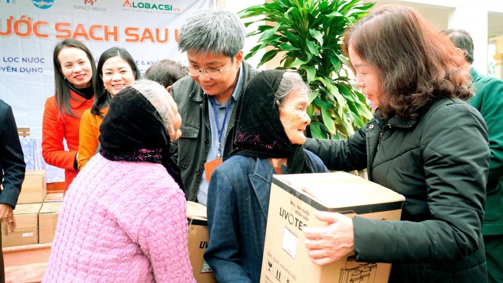Trao tặng 500 máy lọc nước sạch cho bà con vùng lũ miền Trung
