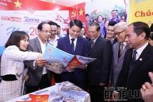 Chủ tịch UBND TP Hà Nội Nguyễn Đức Chung thăm gian trưng bày báo Tuổi trẻ Thủ đô