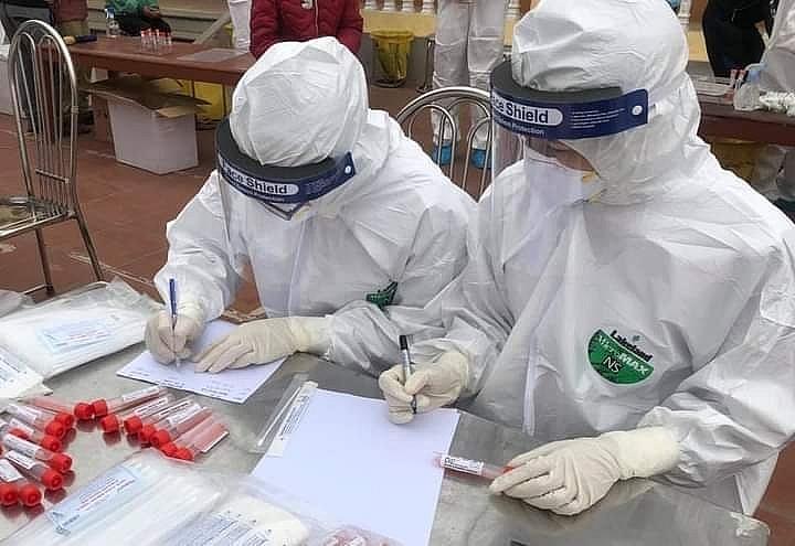 Hải Dương: Hơn 100 học sinh Trường tiểu học Lai Cách (Cẩm Giàng) được đưa đi cách ly y tế