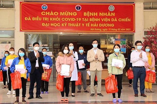 Đại diện các y bác sĩ trao giấy chứng nhận ra viện và quà Tết cho 27 bệnh nhân xuất viện.