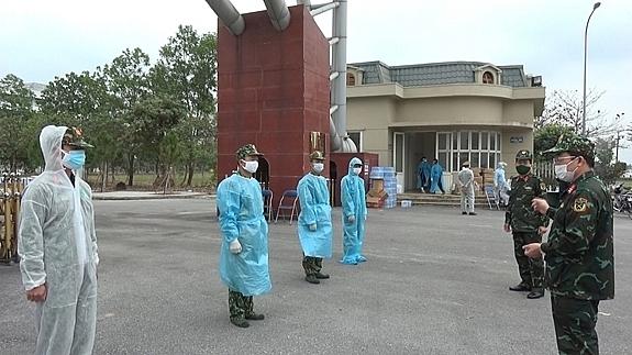 Lãnh đạo Trường Quân sự Quân khu 3 kiểm tra cán bộ, học viên phối hợp tham gia cùng với lực lượng chức năng địa phương tại các điểm cách ly trên địa bàn thành phố Chí Linh.