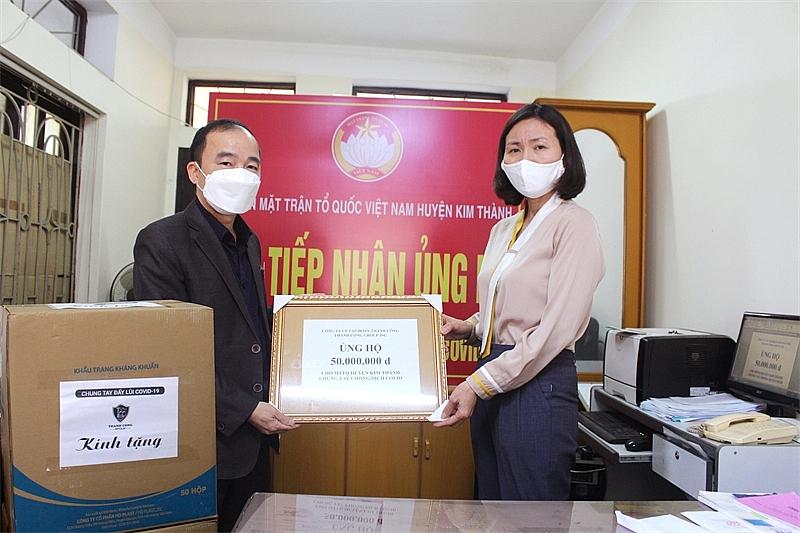 Ông Nguyễn Mạnh Hùng trao khẩu trang và 50 triệu đồng tới huyện Kim Thành