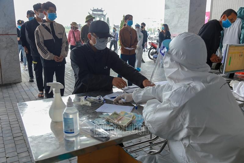 Hàng ngàn sinh viên, lái xe người Hải Dương xếp hàng xét nghiệm Covid-19