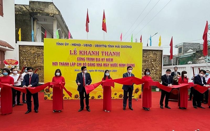 Các đồng chí lãnh đạo cắt băng khánh thành công trình kỉ niệm 110 năm ngày sinh đồng chí Lê Thanh Nghị.