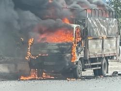 Hải Dương: Xe chở bật lửa bốc cháy ngùn ngụt trên Quốc lộ 18