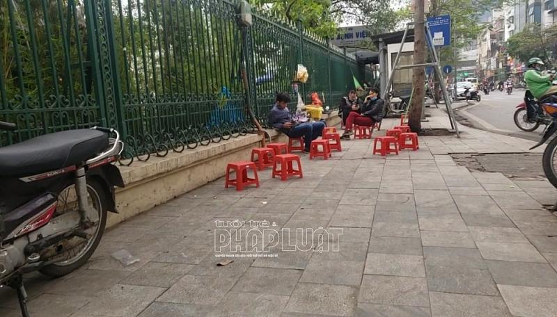 Bất chấp lệnh cấm, nhiều quán trà đá vỉa hè vẫn ngang nhiên bày bán