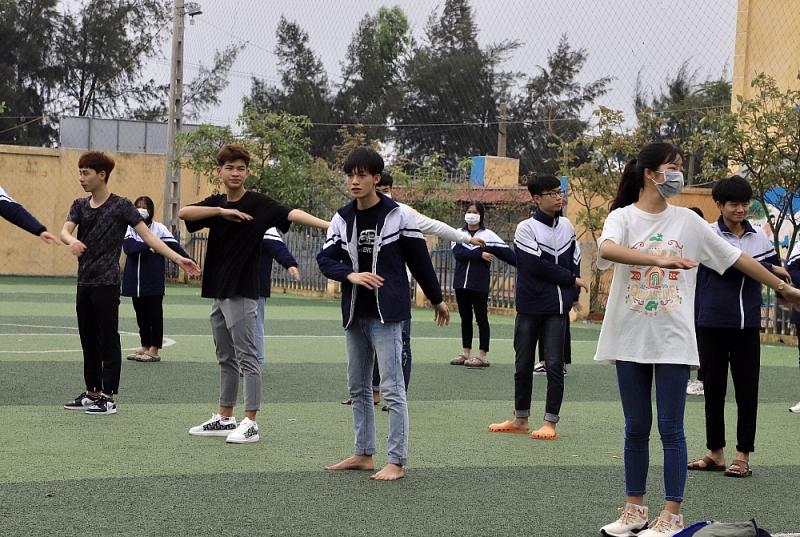 Học sinh lớp 12 Trường THPT Lê Quý Đôn (Thanh Miện) không đeo khẩu trang trong tiết thể dục, không đảm bảo công tác phòng dịch Covid-19.