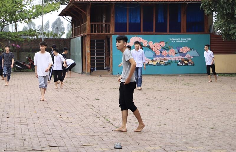 Nhiều học sinh lớp 12 Trường THPT Vũ Ngọc Phan (Bình Giang) không đeo khẩu trang khi đến trường.