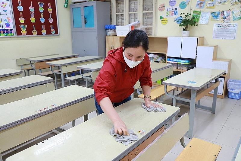 Giáo viên vệ sinh trường lớp