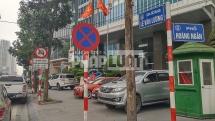 Vỉa hè đường Lê Văn Lương đang bị chiếm dụng
