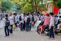 Khó đảm bảo giãn cách trước cổng trường