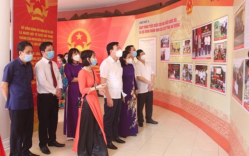 Các đồng chí lãnh đạo tỉnh tham quan và nghe giới thiệu về các hình ảnh, tư liệu. Ảnh: haiduong.gov.vn
