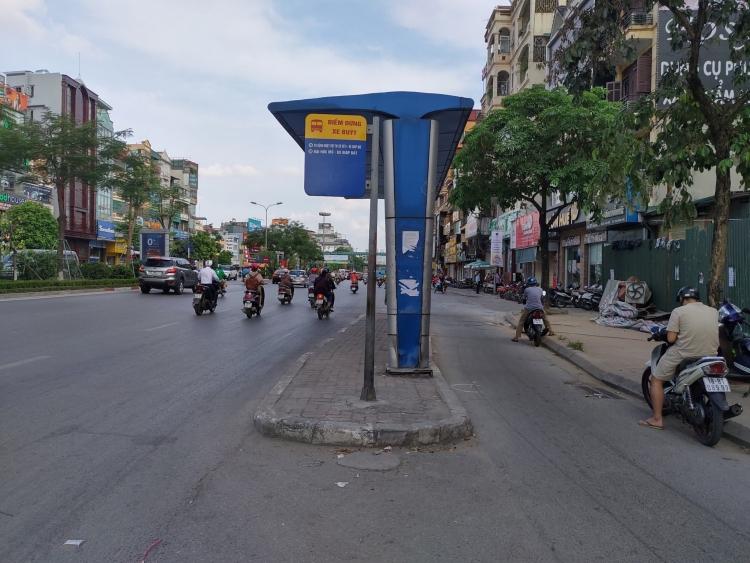 Lạ lùng nhà chờ xe buýt đứng giữa lòng đường ở Xã Đàn