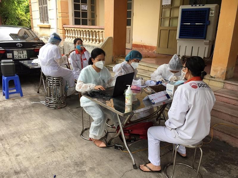 đoàn thanh niên hỗ trợ lấy mẫu xét nghiệm