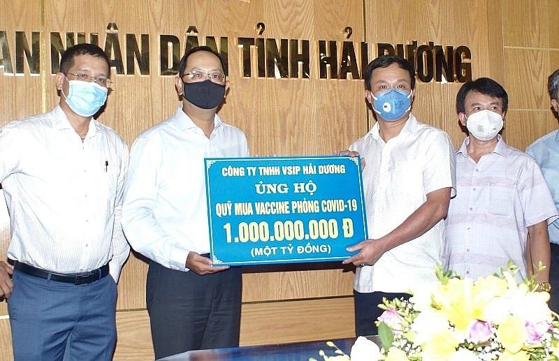 Đồng chí Triệu Thế Hùng, Phó Bí thư Tỉnh ủy, Chủ tịch UBND tỉnh tiếp nhận 1 tỷ đồng ủng hộ Quỹ vaccine phòng Covid-19 do Công ty TNHH VSIP Hải Dương trao tặng