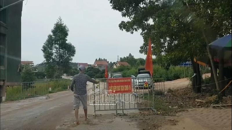 """Hải Dương: Binh đoàn xe tải """"vô tư"""" tự mở barie đi qua chốt kiểm dịch"""