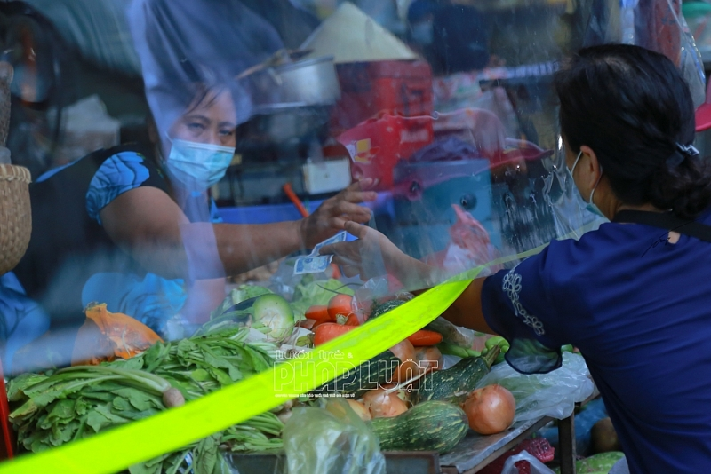 Thích ứng với mùa dịch, chợ dân sinh lắp thêm tấm chắn mica trong suốt