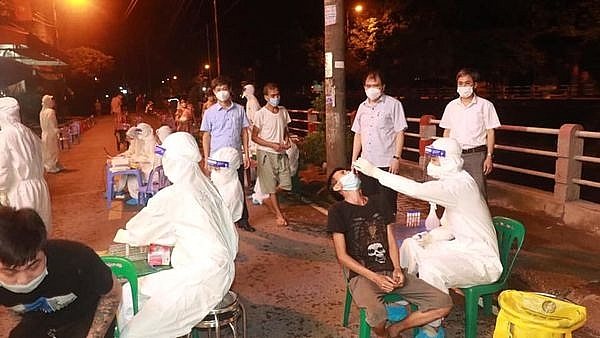 Ngay trong đêm 27/7, CDC Hải Dương triển khai lấy mẫu xét nghiệm toàn bộ cư dân thuộc khu dân cư Gia Binh