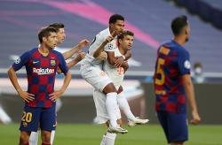 """Kết quả bóng đá: Bayern """"hủy diệt"""" Barca tới 8 bàn"""