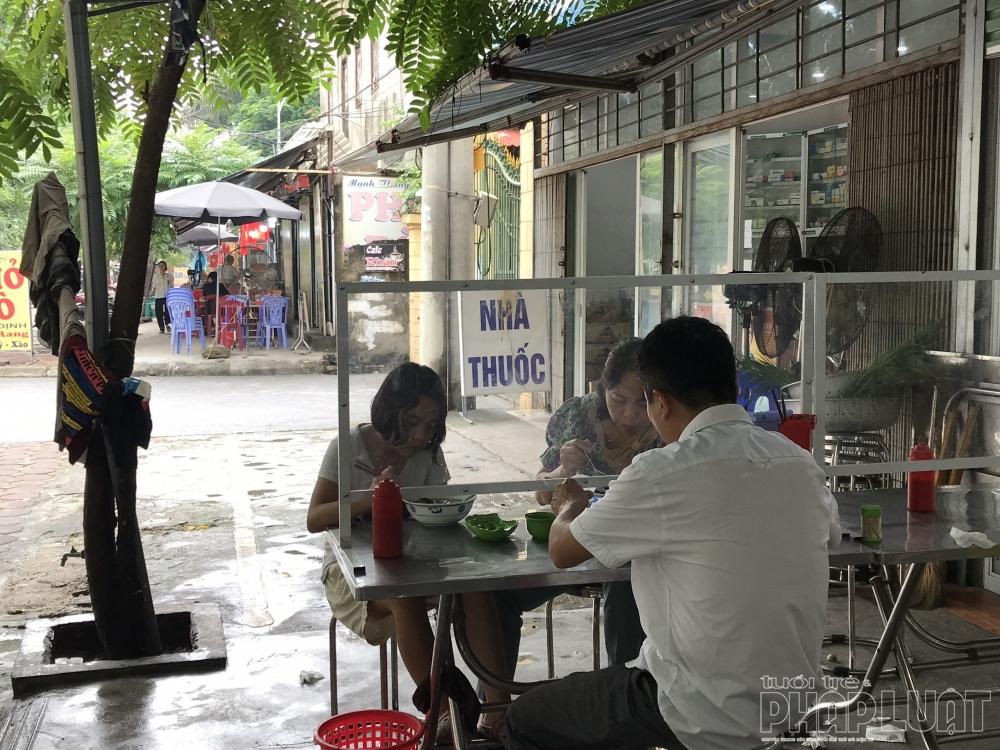 Hà Nội ngày đầu thực hiện giãn cách tại nhà hàng: Người chủ động, kẻ thờ ơ