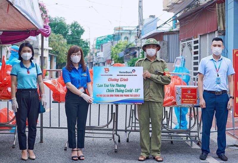 Thành đoàn Hải Dương tặng 65 suất quà cho người dân trong khu phong tỏa phường Tân Bình