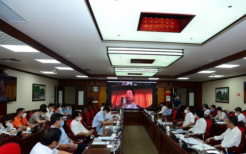 Các lãnh đạo Tập đoàn FPT dự hội nghị trực tuyến