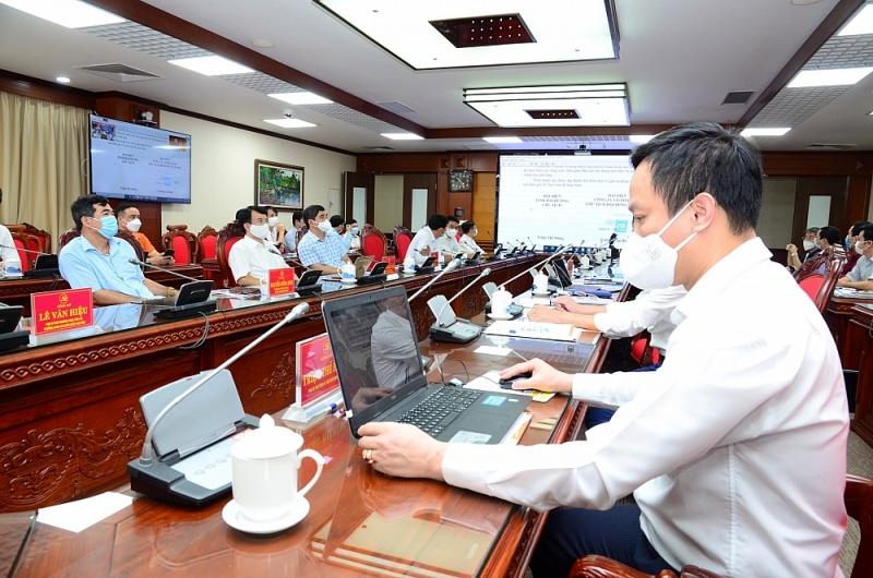 Đồng chí Chủ tịch UBND tỉnh Triệu Thế Hùng và ông Trương Gia Bình, Chủ tịch Tập đoàn FPT ký kết hợp tác trên nền tảng trực tuyến