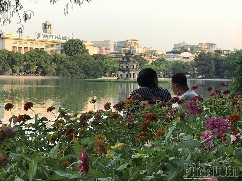 Diện mạo đầy màu sắc bên bờ hồ Hoàn Kiếm