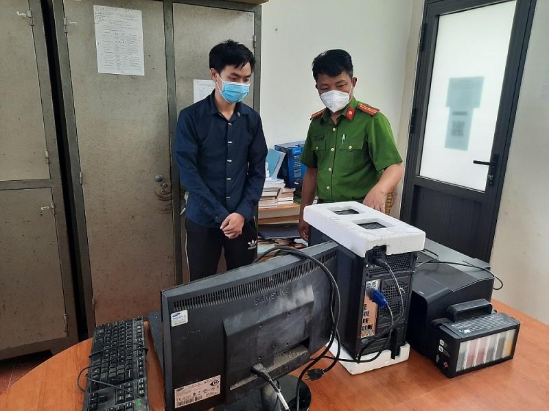 Đối tượng Công cùng toàn bộ máy móc phục vụ việc làm giả giấy xét nghiệm.