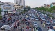 """Bãi taxi """"dù"""" tại cổng Bệnh viện Bạch Mai"""