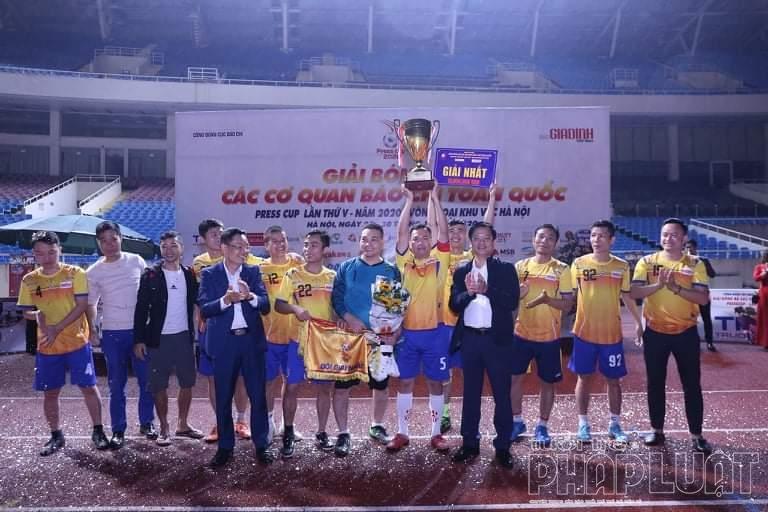 """""""Trả nợ"""" thành công VTV, báo Tuổi trẻ Thủ đô lên ngôi vô địch Press Cup 2020"""