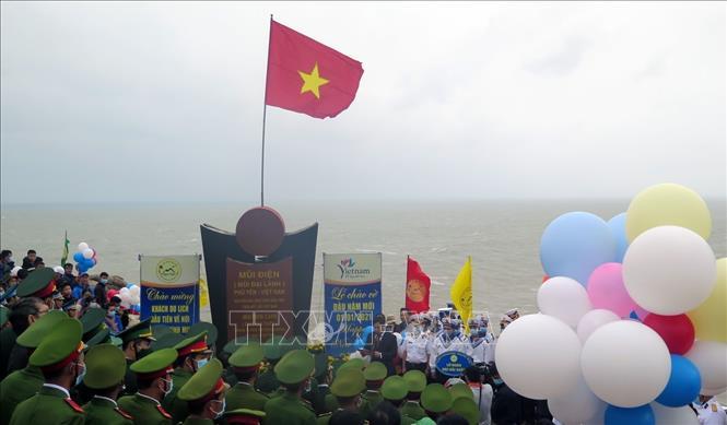 Thiêng liêng Lễ chào cờ đầu năm mới 2021 tại điểm cực Đông trên đất liền