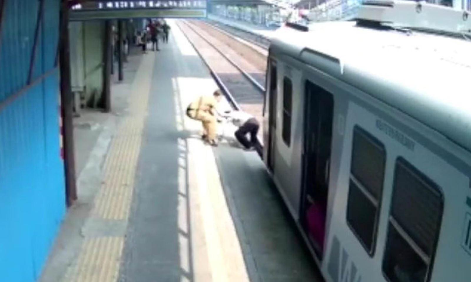 Khoảnh khắc người đàn ông thoát chết ngay trước mũi tàu hỏa